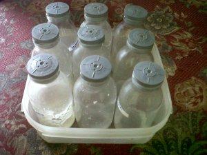 membiarkan botol kaca yang kotor akan memberikan kesempatan pada jamur untuk tumbuh